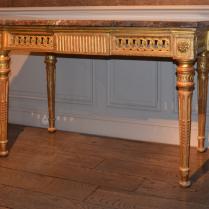 Console en bois sculpté et doré
