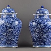 Paire de vases couverts